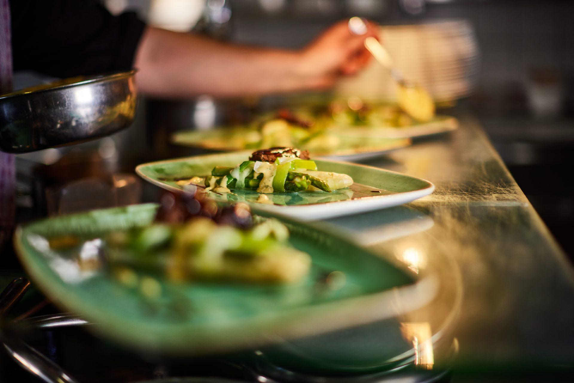 Angerichtete Teller in einer Küche im Restaurant