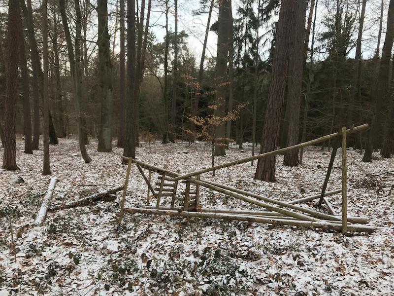 Umgeworfene Ansitzleiter in einem Wald im Winter